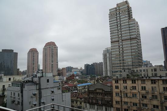从应氏大厦望远,阴云密布的上海