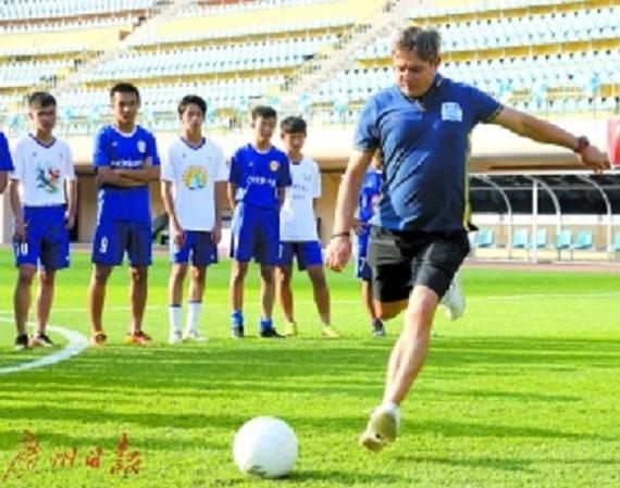 广州中小学足球联赛将打响 富力将帅指点小球员