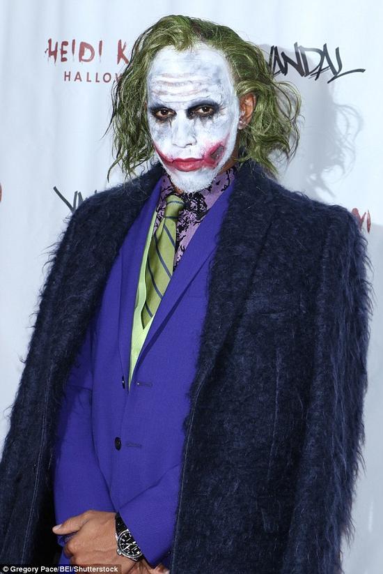 """汉密尔顿扮成电影《蝙蝠侠》中的大反派""""小丑"""""""