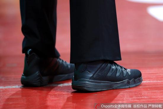 裁判球鞋上logo很明显