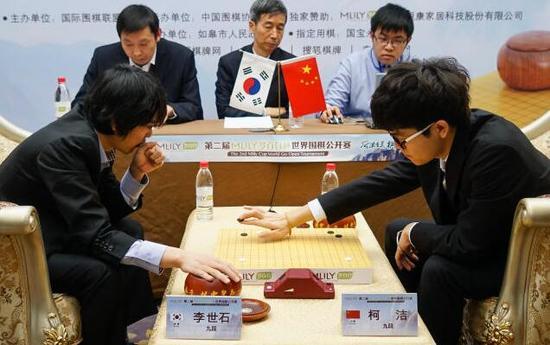 2016年1月,第二届梦百合杯世界围棋公开赛决赛第四盘开赛 1月4日,柯洁(前排右)和李世石(前排左)在比赛中↑ 新华社记者李响摄
