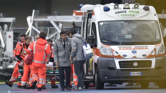 巴尔扎利被送上救护车