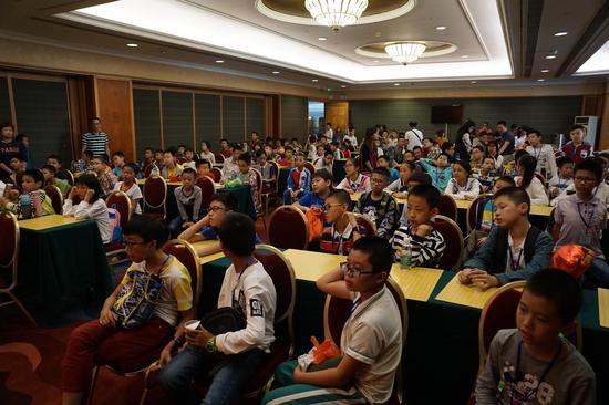 汕头围棋协会精英班的的孩子们在听邵炜刚九段现场讲课