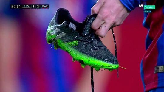 梅西被踩坏的球鞋