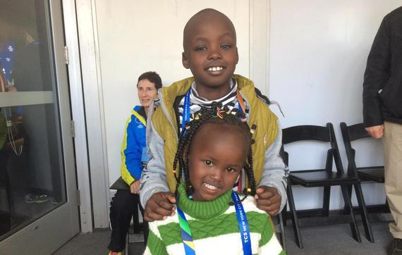 玛丽-凯塔尼的孩子们——8岁的儿子贾里德和3岁的女儿萨曼莎——庆祝<strong></strong>母亲获得纽约马拉松三连冠。