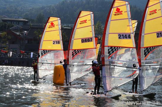 中国西昌邛海国际帆船赛启航 20支船队一决高下