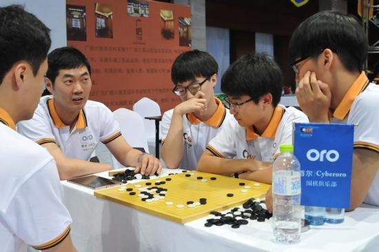 7月2日开赛的2016~2017赛季揭幕战,韩钟振九段在研究室率队研讨