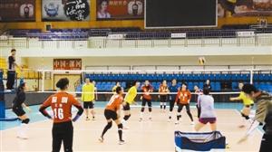 八一深圳女排全队对抗训练。