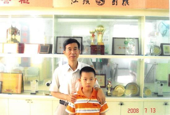 2008年王汝南莅汕指导,对少年王泽锦表示赞赏