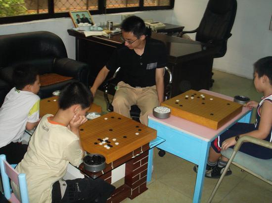 2007年张伟到协会指导师弟们,左一为当年的王泽锦