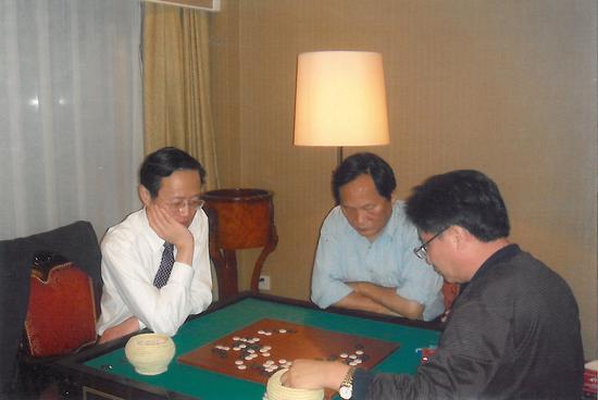 已故陈祖德先生2003年指导臧玉健,刘镛生观战