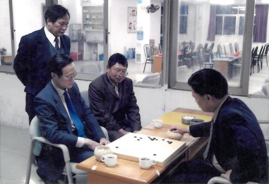 已故陈祖德先生当年指导陈炯强,旁边是围棋报老总王振华