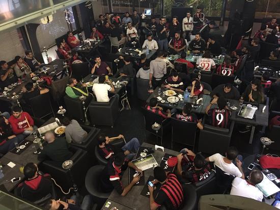 黎巴嫩的AC球迷等待德比开球