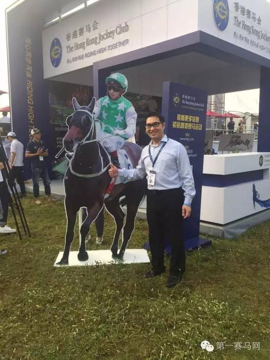 香港赛马会市场及客户事务执行总监张之杰在活动现场竖起大拇指。