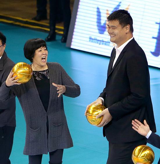 10月28日,郎平(左)与姚明准备为比赛开球。当日,2016-2017中国女排联赛在上海开幕。新华社 图