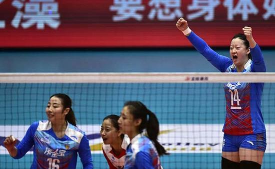 11月19日,天津队球员陈丽怡(右一)在比赛中庆祝得分。新华社 图