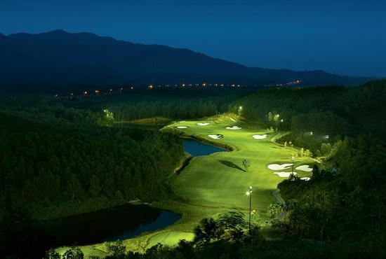 巴拿山高尔夫俱乐部配备灯光,可以让你在清凉的晚上享受高尔夫的乐趣