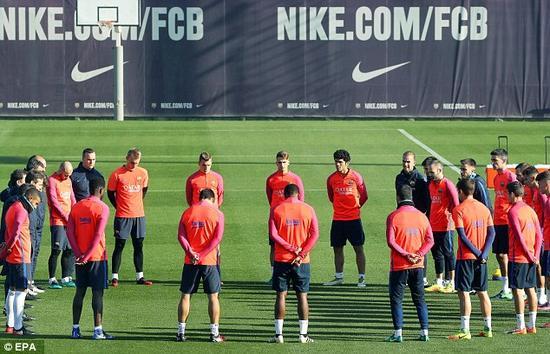 巴萨训练场集体为巴西球员默哀!