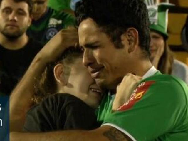 视频-愿在天堂享受足球 球迷现身主场为遇难球员祈祷