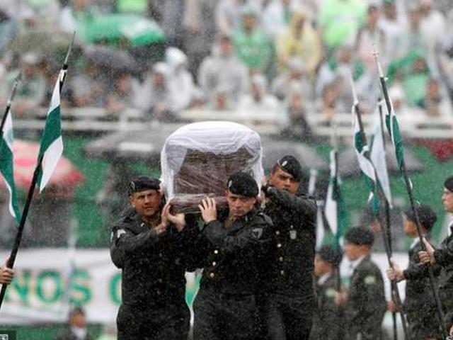 视频-空难遇难者举行遗体告别仪式 球迷雨中挥泪送别