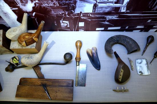 古老的高尔夫球杆及制作工具展示
