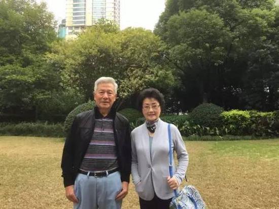 本書作者李仁臣與何慧嫻(右)合影