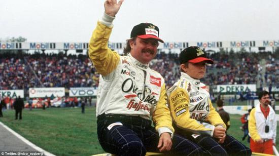 坐在父亲科科-罗斯伯格身旁,他的父亲是1982年的F1世界冠军