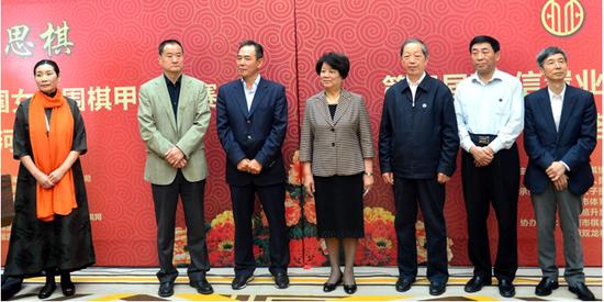 2016年4月22日,原国务委员陈至立(中)、国家体育总局副局长蔡振华(左三)等在洛阳为第四届女子围甲开棋。