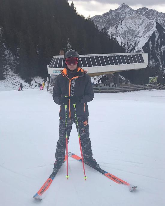 小维斯塔潘自己去滑雪了