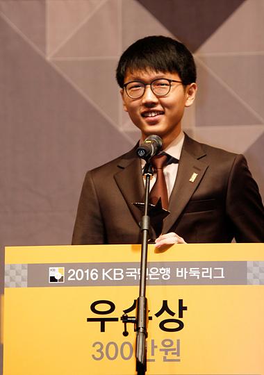 申真谞获得优秀棋士奖和多胜奖,申真谞说:明年争取MVP奖