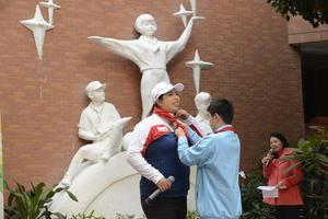 冯珊珊返回广州母校 戴红领巾巧遇儿时班主任(图)