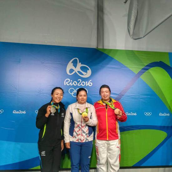 冯珊珊与朴仁妃、高宝璟分享奥运奖牌(图/李昕)