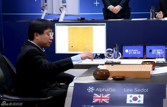 Aja�S曾在人�C大�鹬刑娲�AlphaGo落子