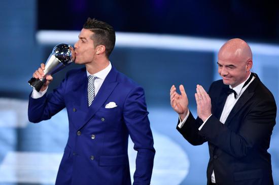 国际足联主席因凡蒂诺颁奖,C罗亲吻奖杯