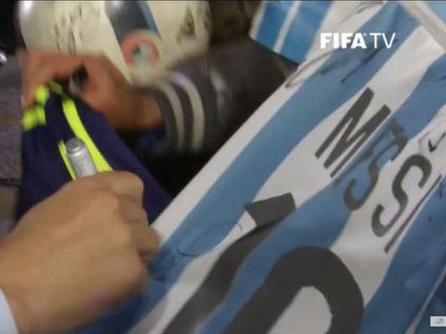 视频-搞事BOY!球迷现场持梅西球衣 齐祖大气签名