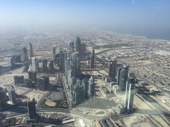 在世界最高楼 哈利法塔上俯瞰整个迪拜