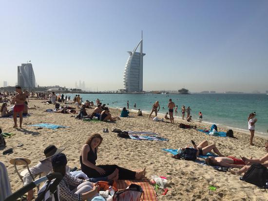 海滩边泡澡 对面就是帆船酒店 比基尼大妞儿比比皆是