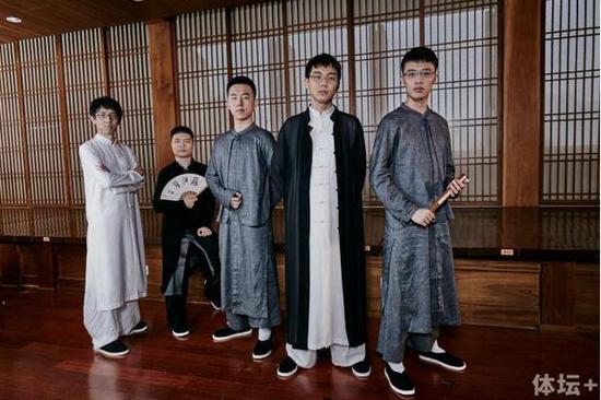 苏泊尔杭州队五位主力棋手,左起:邬光亚六段、李钦诚九段、郭闻潮五段、朴廷桓九段、连笑七段。