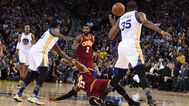 NBA-勇士大胜骑士35分 格林撂倒詹皇引冲突