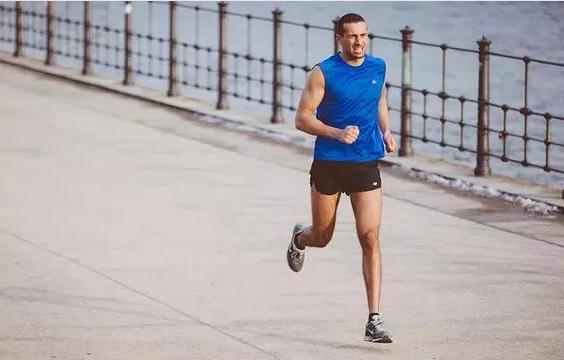 【E乐彩彩票平台】跑者应该掌握的脚部按摩方法 可有效缓解赛后疲