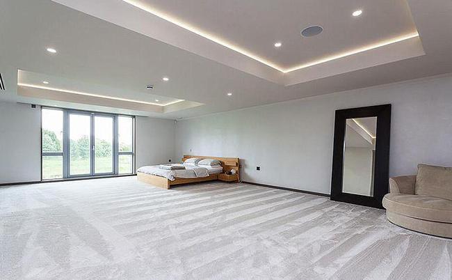 空旷的卧室