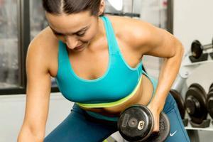 女子哑铃健身_女生健身用多重的哑铃 小重量多重复最适合女性