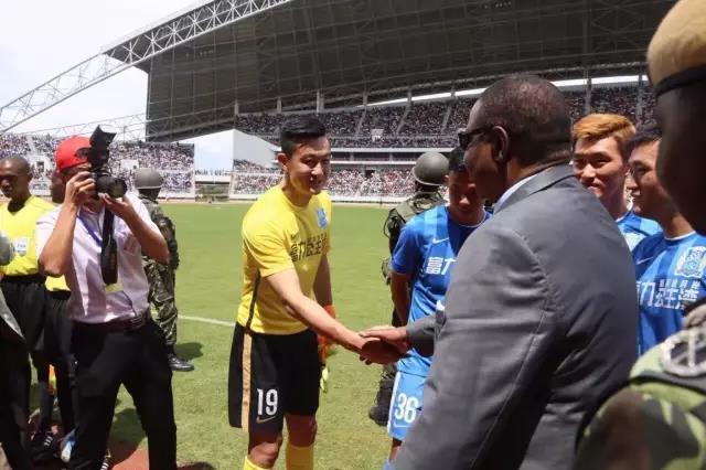 ▲马拉维总统穆塔里卡接见富力首发球员