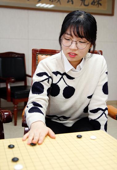 """崔精说,AlphaGo给她的""""第一印象""""就是""""帅气""""。如果比做人,崔精认为AlphaGo是""""中性""""的。在围棋上,男棋手是中厚而且柔和,女棋手是好战而且激烈,而AlphaGo兼有这两方面的特征。崔精说:""""AlphaGo给我带来了第一次接触武宫正树'宇宙流'的感动。"""""""