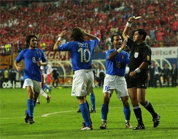 莫雷諾向托蒂出示第二張黃牌的瞬間