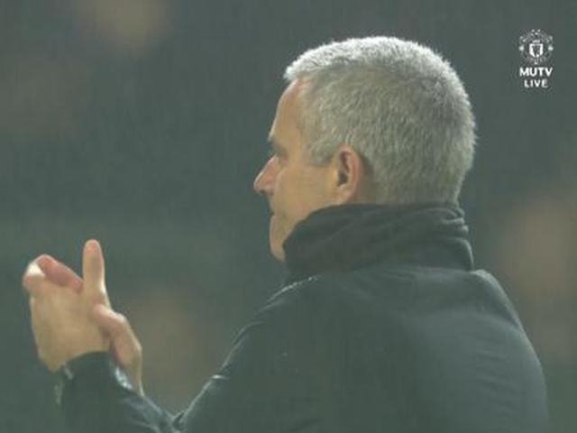 视频-赢就一起狂!穆里尼奥率全队雨中感谢远征球迷