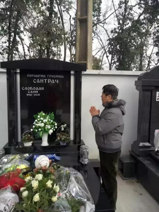 鲁能球迷万里只身送别桑尼 祭奠功勋教练动情落泪