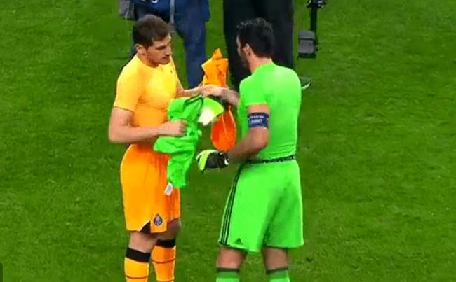 布冯和卡西利亚斯赛后交换球衣