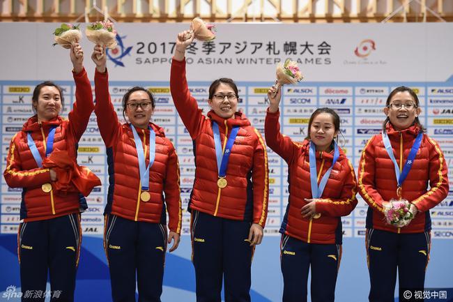 北京时间2月24日,第八届亚洲冬季运动会在札幌和带广两地继续进行,中国选手斩获颇丰,今天一共拿下三金一银二铜,金牌数达到九枚。男女冰壶队实现双冠包揽,这还是中国冰壶队首次在亚冬会上夺冠。王诗玥/柳鑫宇获得花样滑冰冰舞冠军,中国军团今天在冬季两项、越野滑雪和冰舞上还收获一银二铜。此外,金博洋和于小雨/张昊组合,在花滑男单和双人的短节目上保持领先。   冰壶:破局成双 中国首夺亚冬男女冠军   中国男女队同进决赛,在首先结束的男子决赛里,由刘锐、徐晓明、巴德鑫和臧嘉亮组成的中国队,前八局就以11比4遥遥领