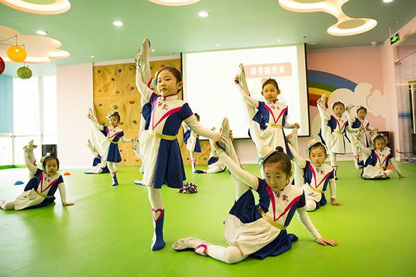 幼儿体育教育核心内容有哪些 跳山羊单双杠在列